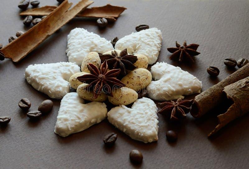 Μπισκότα καρύδων με τις καραμέλες αμυγδάλων σοκολάτας, τα καρυκεύματα γλυκάνισου, την κανέλα και τα φασόλια καφέ στοκ φωτογραφία