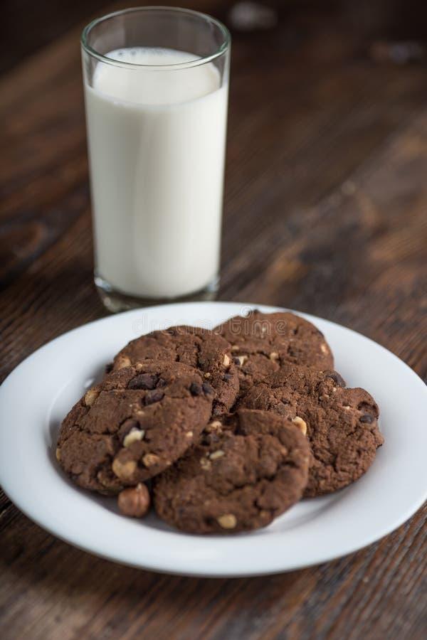 Μπισκότα κερασιών σοκολάτας και ένα ποτήρι του γάλακτος στοκ φωτογραφίες