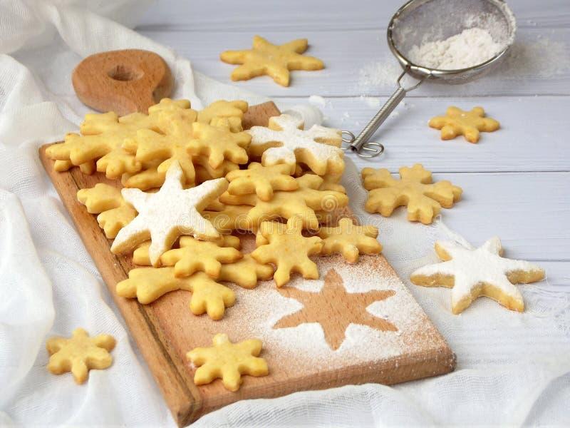 Μπισκότα κουλουρακιών Χριστουγέννων υπό μορφή snowflakes που ψεκάζουν τους κόπτες ζάχαρης και μπισκότων Έννοια καρτών Χριστουγένν στοκ φωτογραφία με δικαίωμα ελεύθερης χρήσης