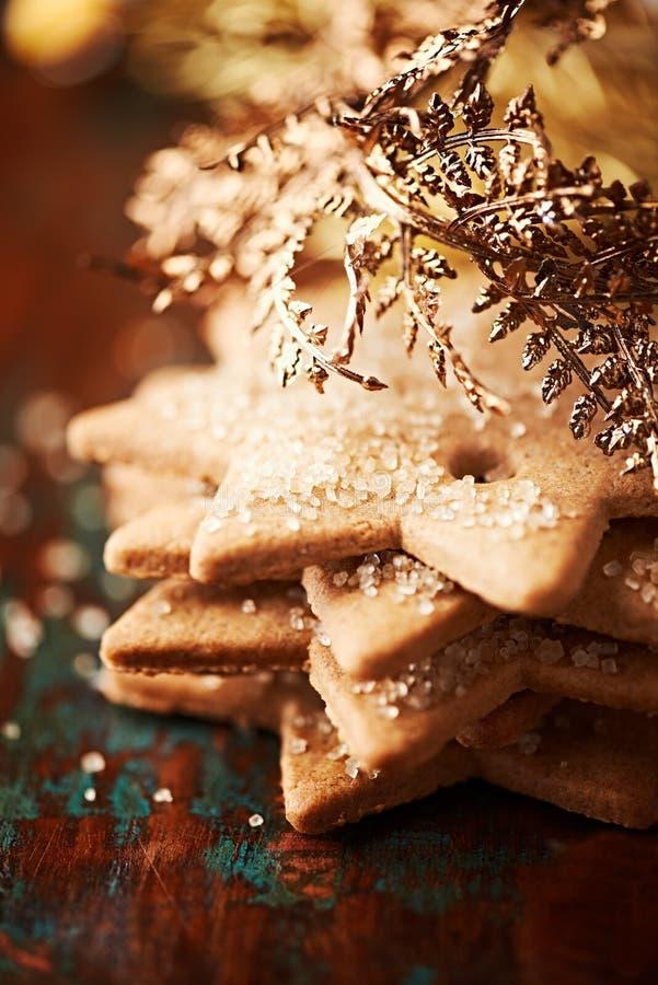 Μπισκότα μελοψωμάτων με το χρυσό ντεκόρ Χριστουγέννων στοκ εικόνα