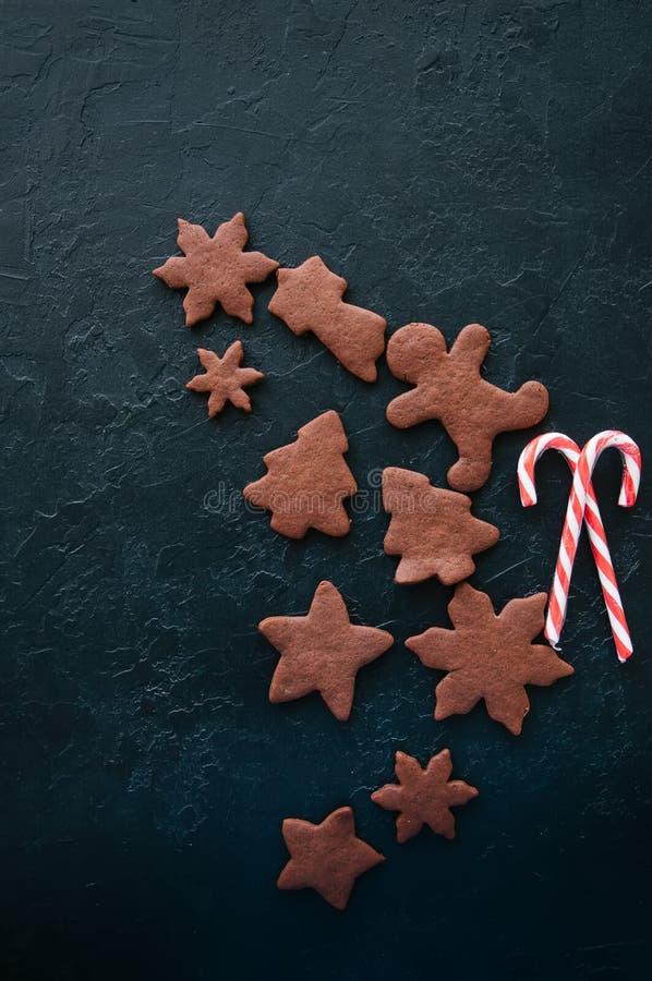 Μπισκότα μελοψωμάτων σοκολάτας και κάλαμοι καραμελών σε μια μαύρη πέτρα β στοκ εικόνες