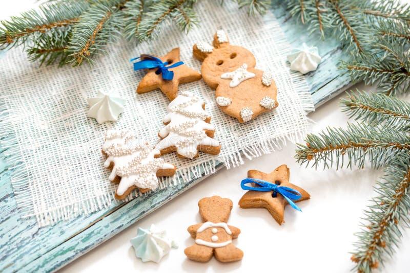 Μπισκότα μελοψωμάτων στην ξύλινη ανασκόπηση τα Χριστούγεννα διακοσμούν τις φρέσκες βασικές ιδέες διακοσμήσεων στοκ εικόνες
