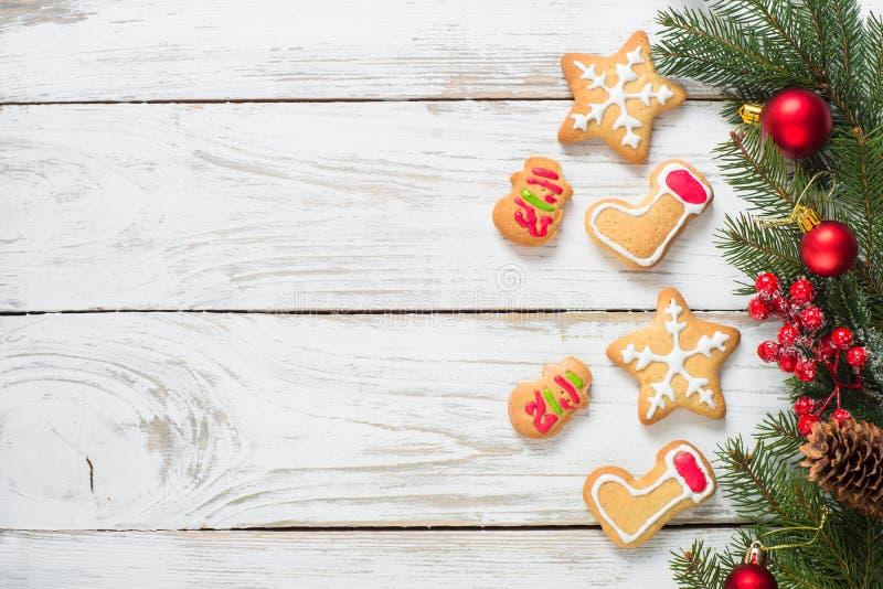 Μπισκότα μελοψωμάτων Χριστουγέννων στο λευκό στοκ φωτογραφίες