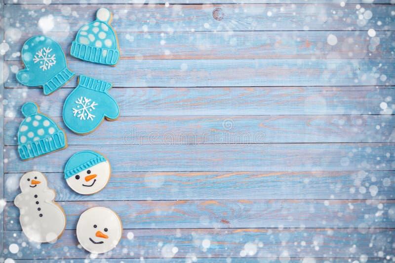 Μπισκότα μελοψωμάτων Χριστουγέννων στο μπλε ξύλινο υπόβαθρο με το διάστημα αντιγράφων για το κείμενο Διακοπές, εορτασμός, εορταστ στοκ εικόνες