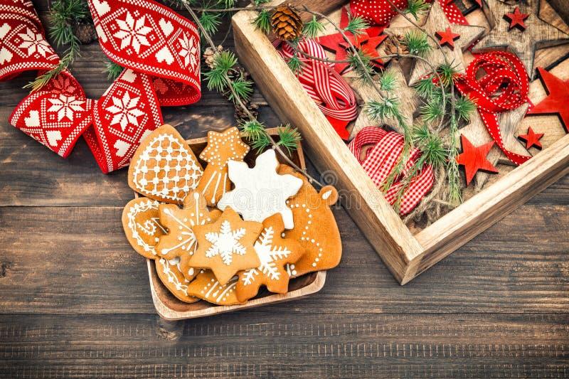 Μπισκότα μελοψωμάτων και διακοσμήσεις Χριστουγέννων Αναδρομικό σπίτι de ύφους στοκ εικόνες