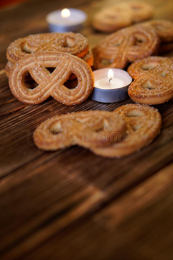 Μπισκότα με τη ζάχαρη και ένα καίγοντας κερί σε μια ξύλινη επιφάνεια Κινηματογράφηση σε πρώτο πλάνο Φως της ημέρας στοκ φωτογραφία με δικαίωμα ελεύθερης χρήσης