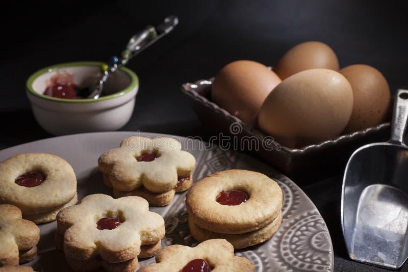 Μπισκότα με τη μαρμελάδα - ελαφριά ζωγραφική στοκ εικόνα με δικαίωμα ελεύθερης χρήσης