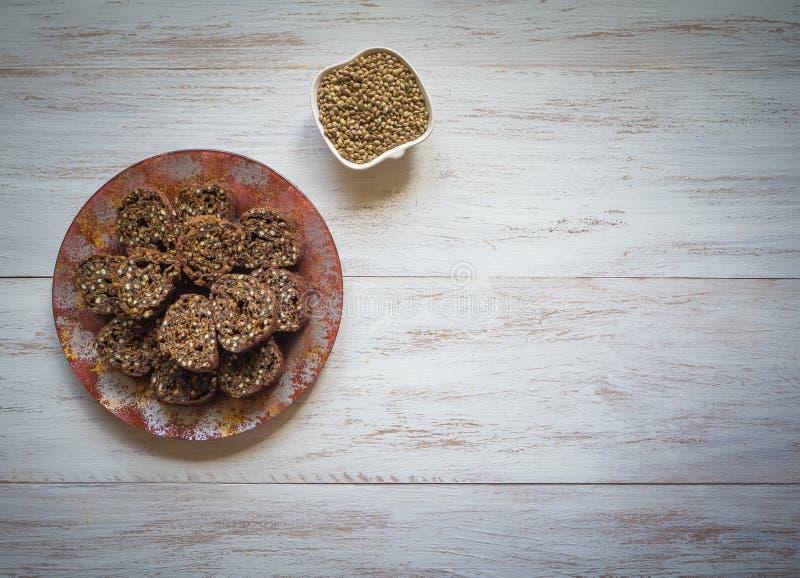 Μπισκότα με τους σπόρους κάνναβης Superfoods Η χρήση του συμπληρώματος σπόρου κάνναβης στα τρόφιμα στοκ εικόνα