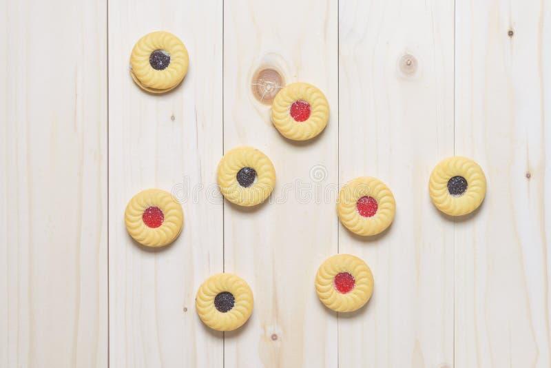 Μπισκότα μπισκότων στον ξύλινο πίνακα στοκ εικόνα