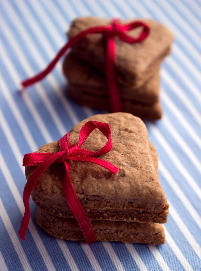 Μπισκότα πιπεροριζών με μορφή μιας καρδιάς την ημέρα βαλεντίνων ` s στοκ εικόνα με δικαίωμα ελεύθερης χρήσης