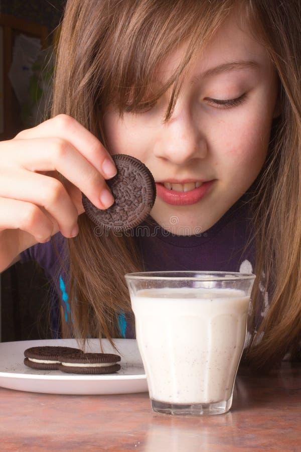 μπισκότα που βυθίζουν τ&omicron στοκ φωτογραφίες με δικαίωμα ελεύθερης χρήσης