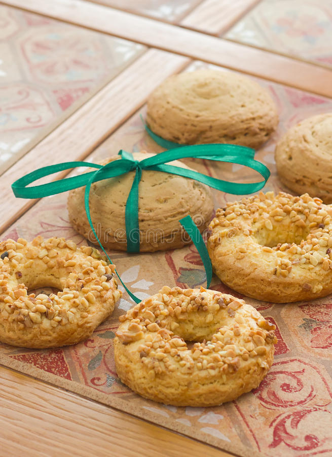 Μπισκότα που διακοσμούνται με την κορδέλλα στοκ φωτογραφία