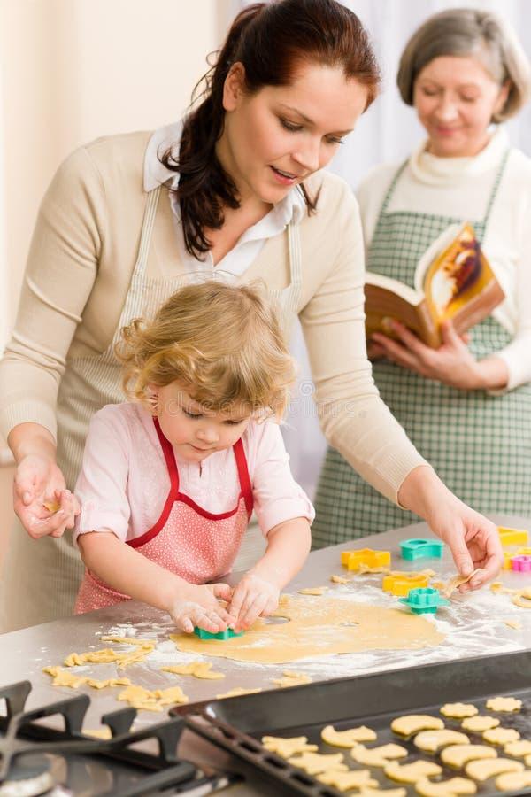 μπισκότα που κόβουν το κορίτσι λίγη μητέρα έξω στοκ φωτογραφία με δικαίωμα ελεύθερης χρήσης