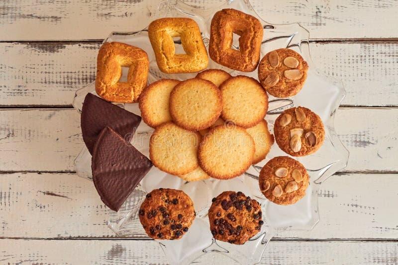 Μπισκότα που λαμβάνονται από το φούρνο σε έναν πίνακα στοκ φωτογραφία