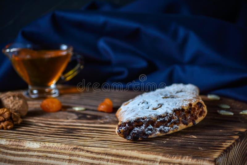 Μπισκότα ρόλων με τα καρύδια σε έναν ξύλινο πίνακα Της Γεωργίας επιδόρπιο στοκ φωτογραφία