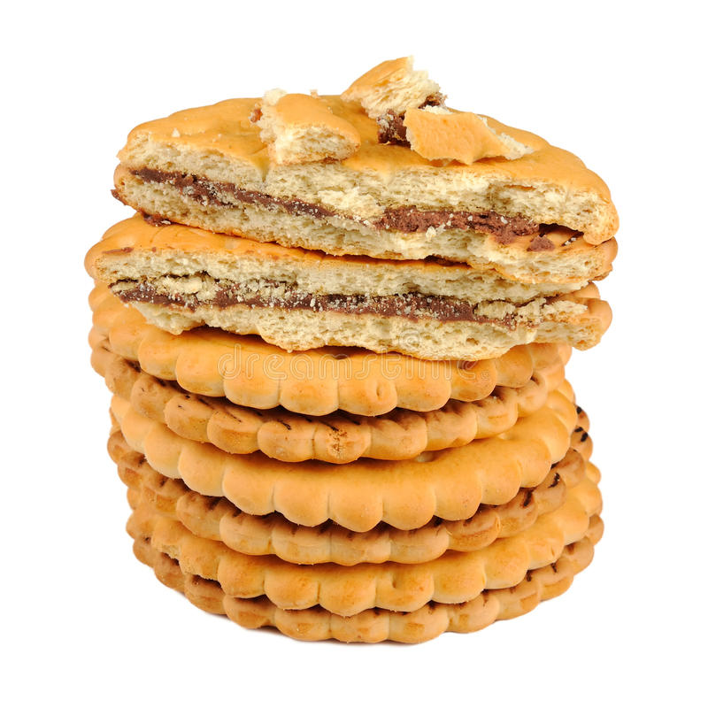 Μπισκότα σάντουιτς με την πλήρωση σοκολάτας που απομονώνεται στο άσπρο υπόβαθρο στοκ εικόνα