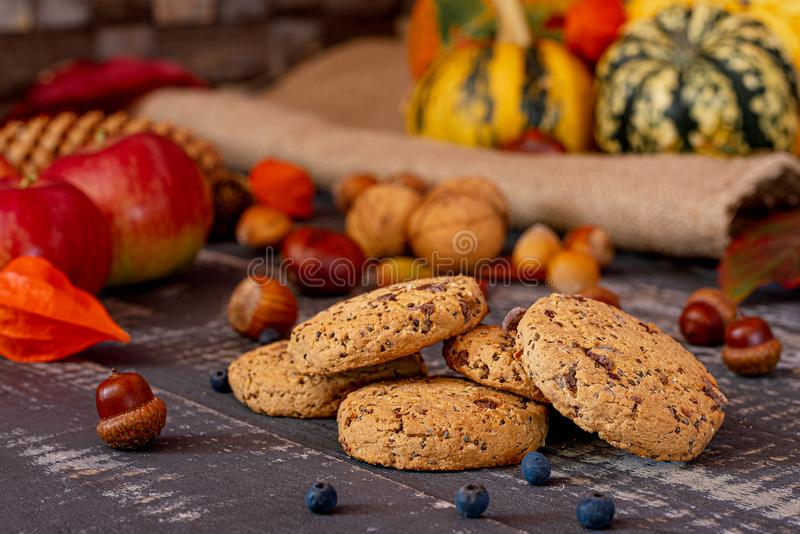 Μπισκότα σοκολάτας με τους σπόρους chia στον παλαιό ξύλινο πίνακα στοκ φωτογραφία