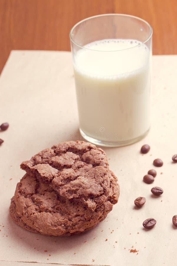 Μπισκότα σοκολάτας με ένα γάλα στοκ εικόνες με δικαίωμα ελεύθερης χρήσης