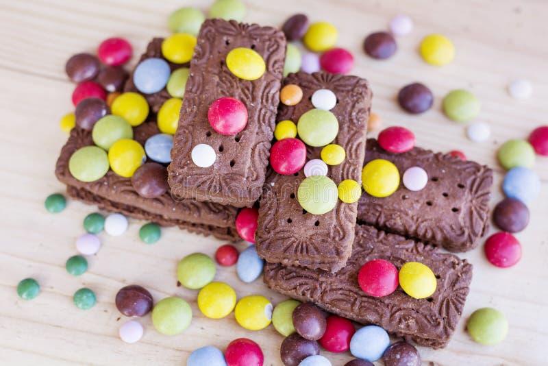 Μπισκότα σοκολάτας με ζωηρόχρωμο στοκ εικόνα