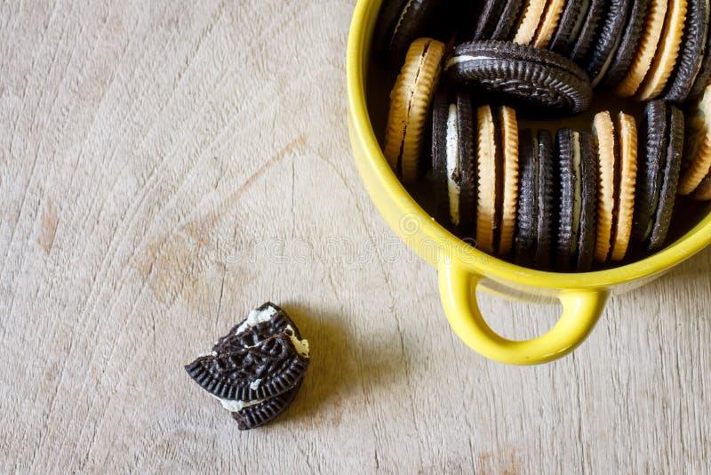 Μπισκότα σοκολάτας με το cread στοκ εικόνα