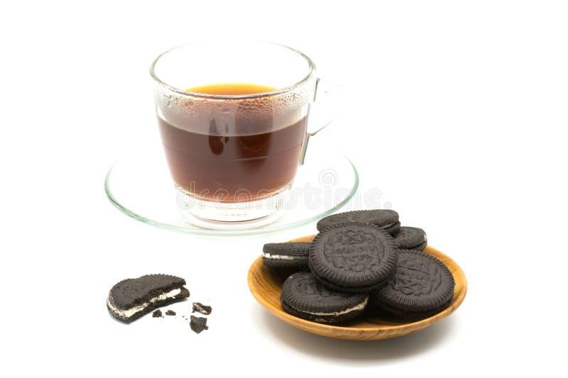 Μπισκότα σοκολάτας στο ξύλινο πιάτο με ένα φλιτζάνι του καφέ στοκ φωτογραφίες με δικαίωμα ελεύθερης χρήσης