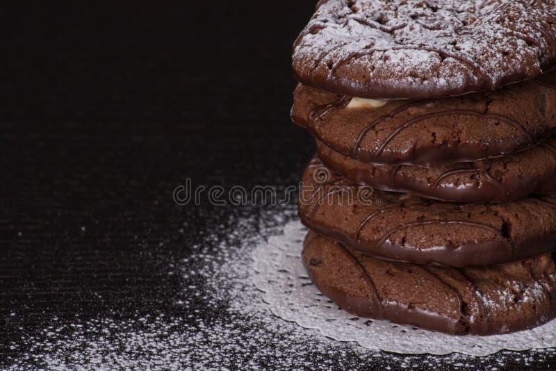μπισκότα σοκολάτας τσιπ που συσσωρεύονται στοκ φωτογραφίες