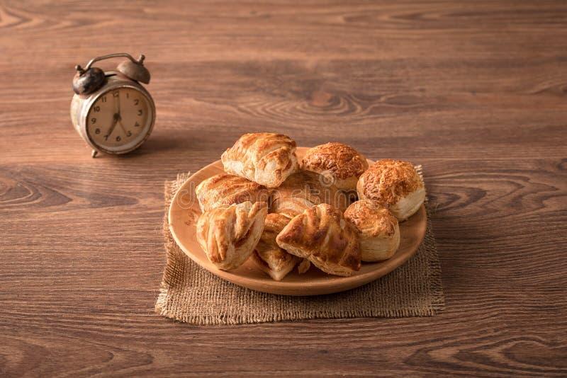 Μπισκότα στο ξύλινο πιάτο στοκ φωτογραφίες με δικαίωμα ελεύθερης χρήσης