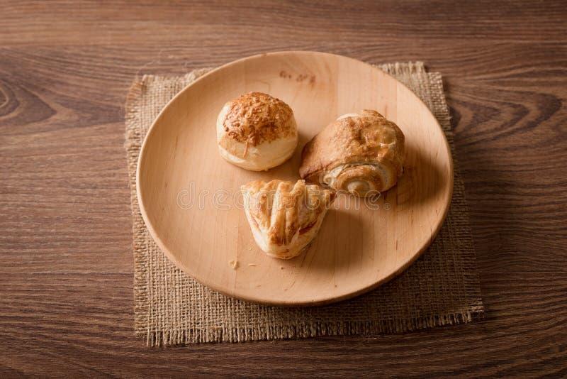 Μπισκότα στο ξύλινο πιάτο στοκ φωτογραφία
