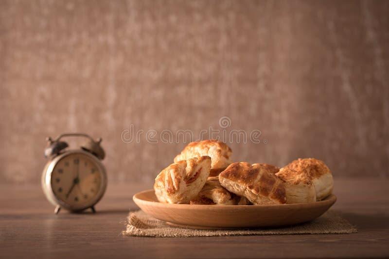 Μπισκότα στο ξύλινο πιάτο στοκ εικόνα