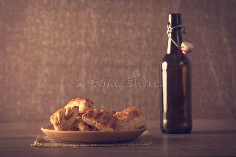 Μπισκότα στο ξύλινο πιάτο στοκ φωτογραφίες