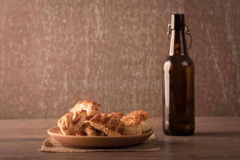 Μπισκότα στο ξύλινο πιάτο στοκ εικόνες