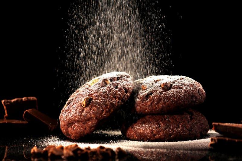 Μπισκότα τσιπ σοκολάτας σε ένα μαύρο κλίμα στοκ εικόνες