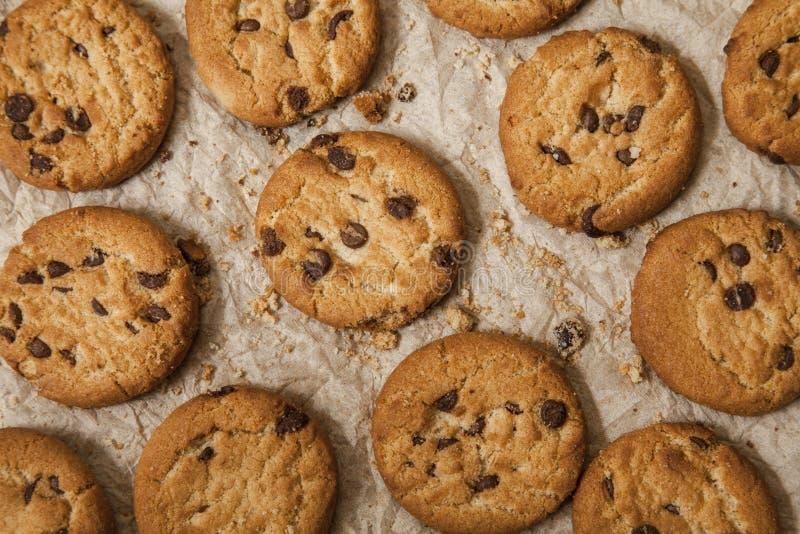 Μπισκότα τσιπ σοκολάτας στο καφετί υπόβαθρο πετσετών γλυκό μπισκότων σπιτική ζύμη στοκ εικόνα με δικαίωμα ελεύθερης χρήσης