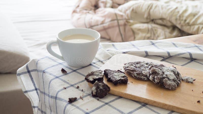 Μπισκότα τσιπ σοκολάτας και ένα φλυτζάνι του γάλακτος στοκ φωτογραφία