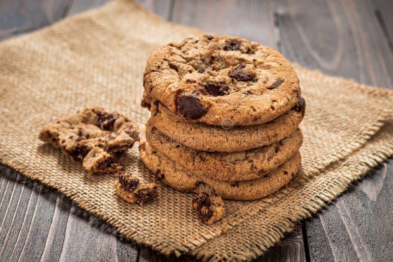 Μπισκότα τσιπ σοκολάτας με το ξύλινο υπόβαθρο στοκ φωτογραφίες