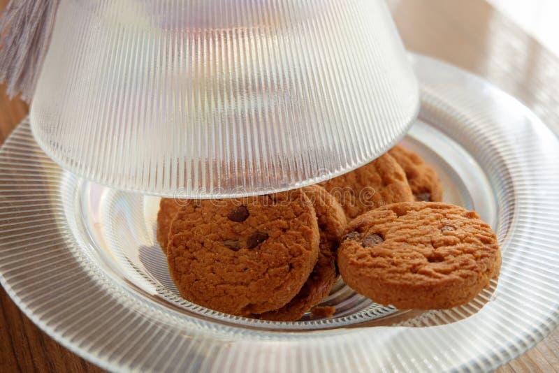 Μπισκότα τσιπ σοκολάτας σε ένα πιάτο γυαλιού στοκ εικόνα με δικαίωμα ελεύθερης χρήσης