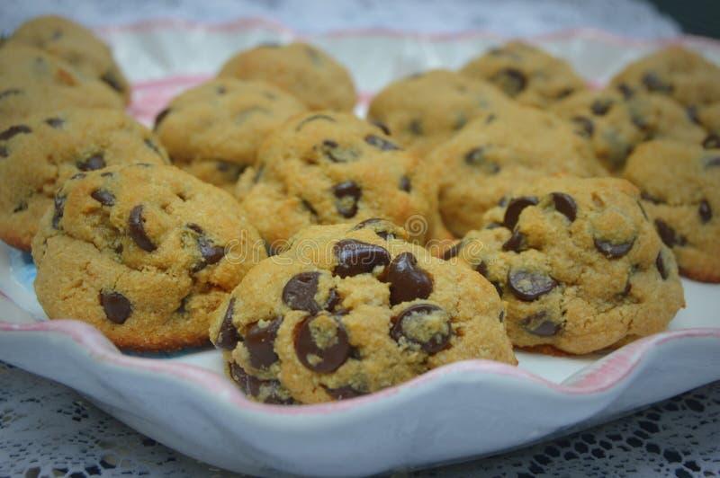 Μπισκότα τσιπ σοκολάτας σε μια πιατέλα στοκ φωτογραφία