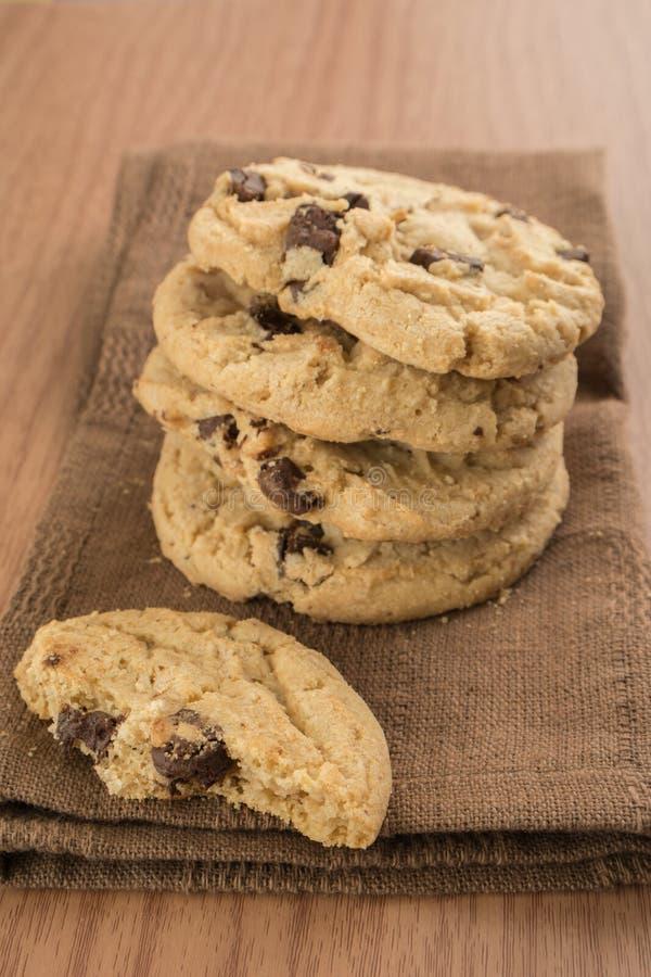 Μπισκότα τσιπ σοκολάτας στην καφετιά πετσέτα κουζινών στοκ εικόνες με δικαίωμα ελεύθερης χρήσης