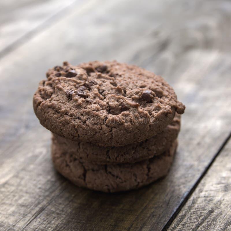 Μπισκότα τσιπ σοκολάτας στο ξύλινο υπόβαθρο στοκ εικόνες με δικαίωμα ελεύθερης χρήσης