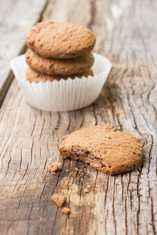 Μπισκότα τσιπ σοκολάτας στο ξύλινο υπόβαθρο στοκ φωτογραφία