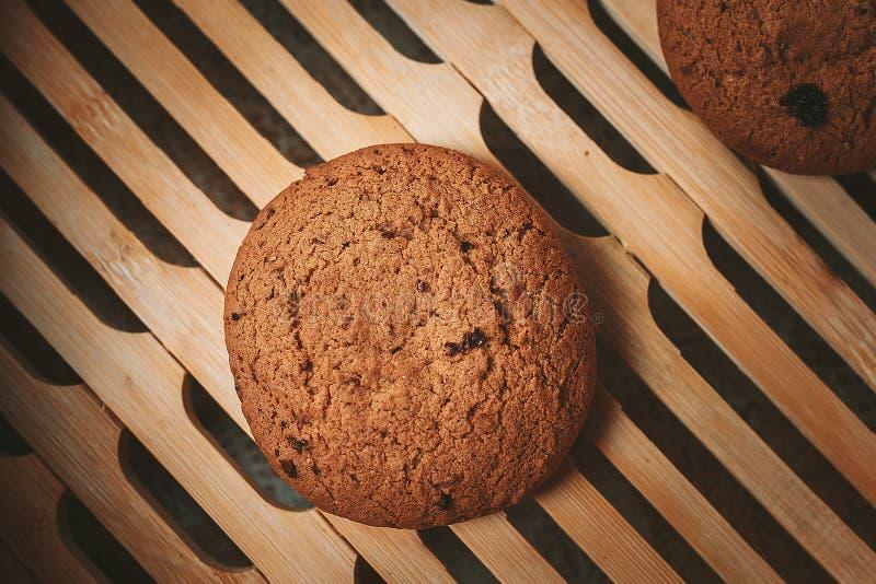 μπισκότα τσιπ στην καφετιά πετσέτα στοκ εικόνα