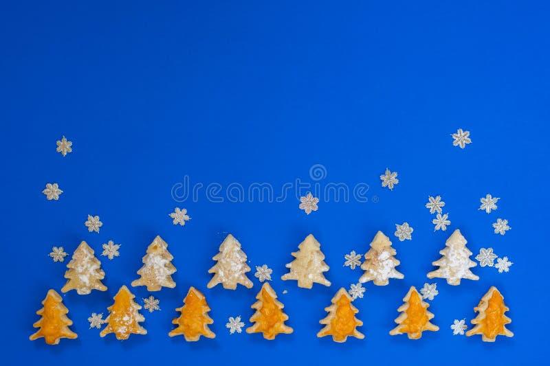 Μπισκότα υπό μορφή χριστουγεννιάτικων δέντρων στοκ εικόνες με δικαίωμα ελεύθερης χρήσης