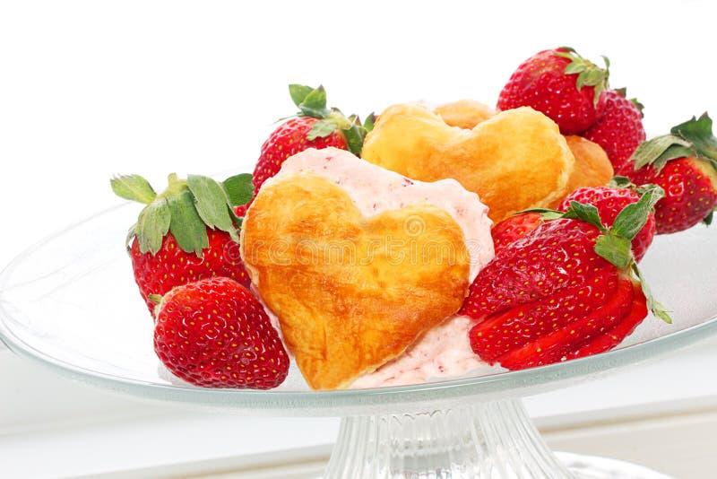 Μπισκότα φραουλών μορφής καρδιών στοκ φωτογραφία με δικαίωμα ελεύθερης χρήσης