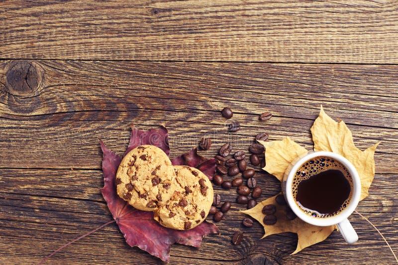 Μπισκότα, φύλλα καφέ και φθινοπώρου στοκ εικόνες