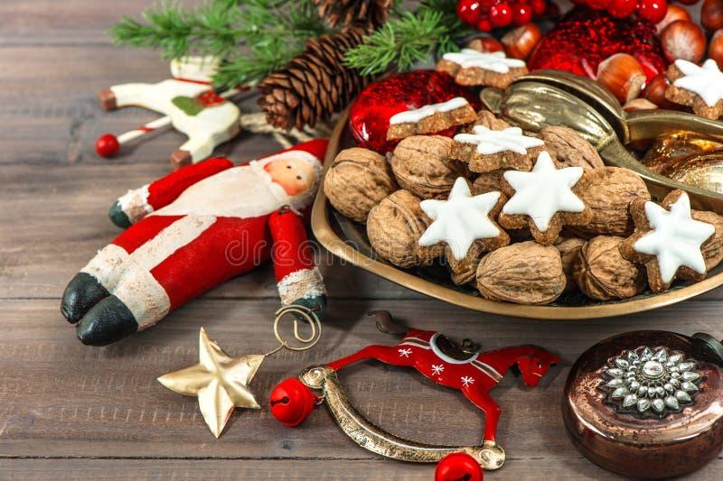 Μπισκότα Χριστουγέννων και εκλεκτής ποιότητας διακοσμήσεις εορταστικά τρόφιμα στοκ φωτογραφίες