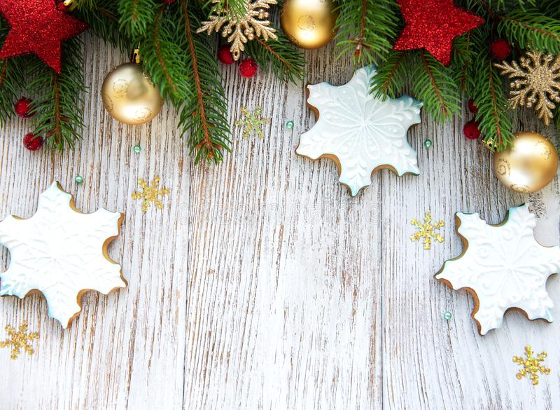 Μπισκότα Χριστουγέννων και χριστουγεννιάτικο δέντρο στοκ φωτογραφίες