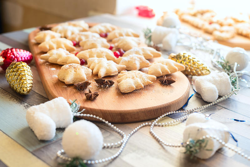 Μπισκότα Χριστουγέννων μεταξύ των διακοσμήσεων Χριστούγεννο-δέντρων, παιχνίδια, καρυκεύματα στοκ εικόνες με δικαίωμα ελεύθερης χρήσης