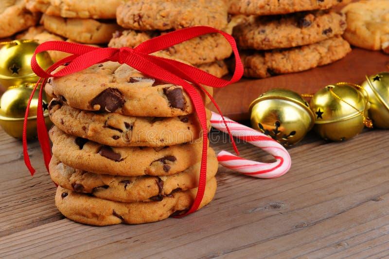 Μπισκότα Χριστουγέννων με την κορδέλλα στοκ εικόνα με δικαίωμα ελεύθερης χρήσης