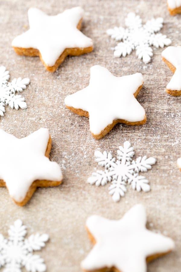 Μπισκότα Χριστουγέννων με τη μικρή διακόσμηση Χριστουγέννων στοκ εικόνα