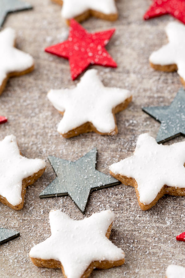 Μπισκότα Χριστουγέννων με τη μικρή διακόσμηση Χριστουγέννων στοκ φωτογραφία